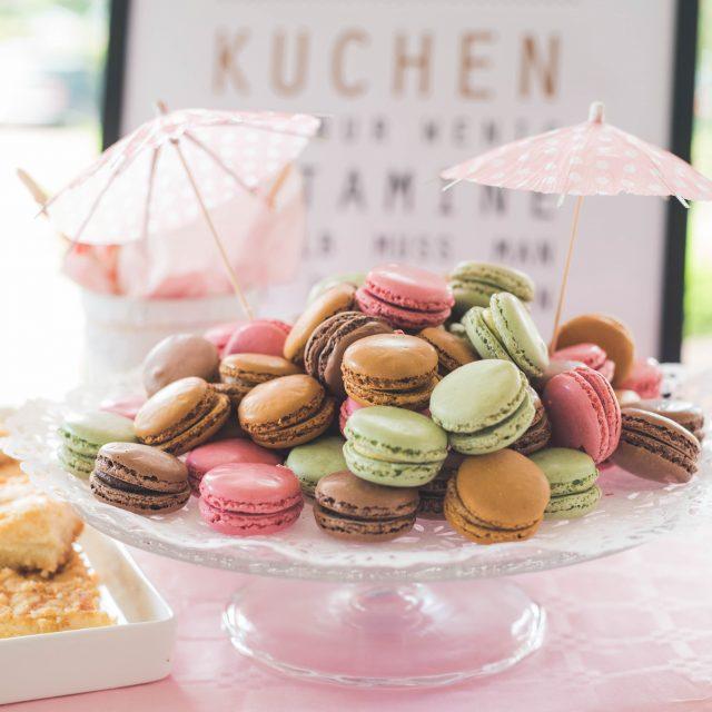 Hochzeitsfoto Macarons auf einem Kuchenbuffet